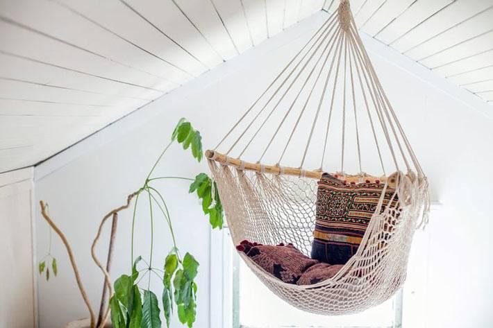 подвесное вязаное кресло на мансарде дома
