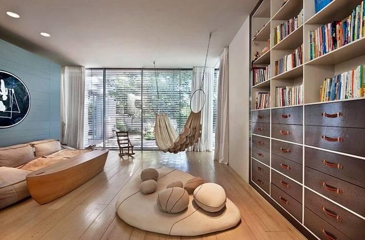 дизайн современной гостиной с гамаком на крючках