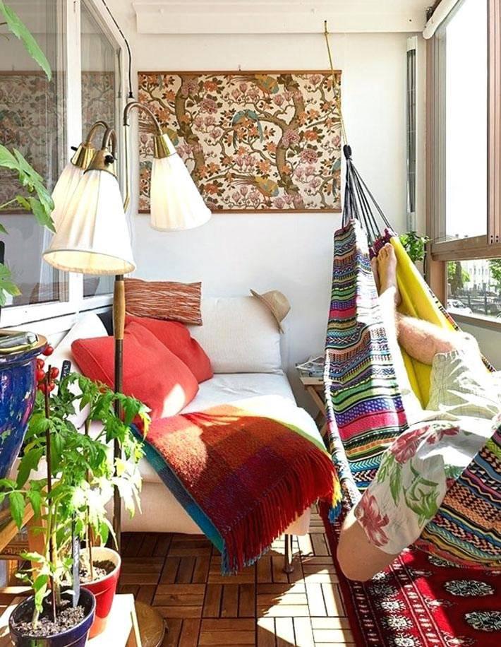 яркие краски на закрытом балконе с подвесным гамаком