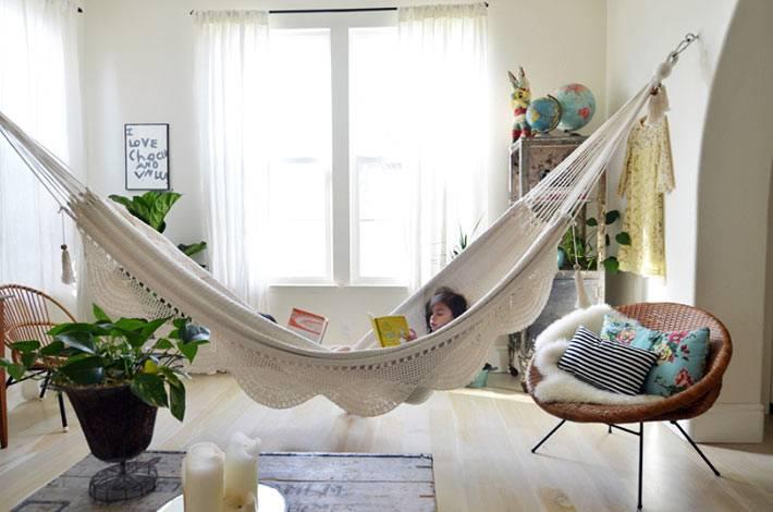 гамак в комнате - отличное место для чтения книг