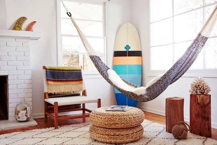 плетеная мебель и гамак в интерьере дома у моря