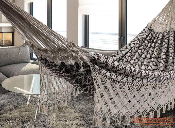 гамак из плотной ткани в комнате с панорамным видом на море
