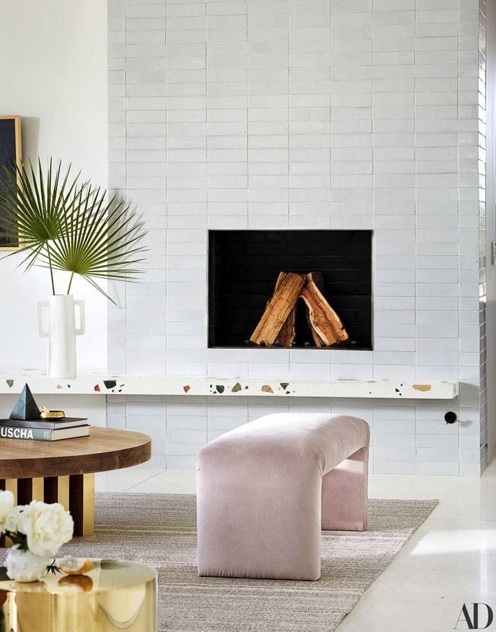 современный вариант камина в комнате с белым порталом