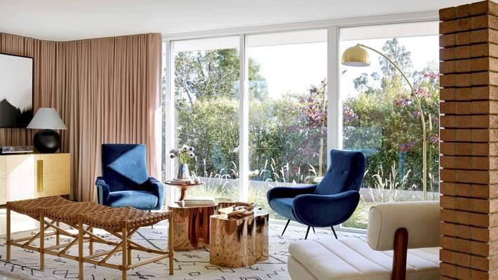 эклектика в дизайне гостиной комнаты с ретро мебелью