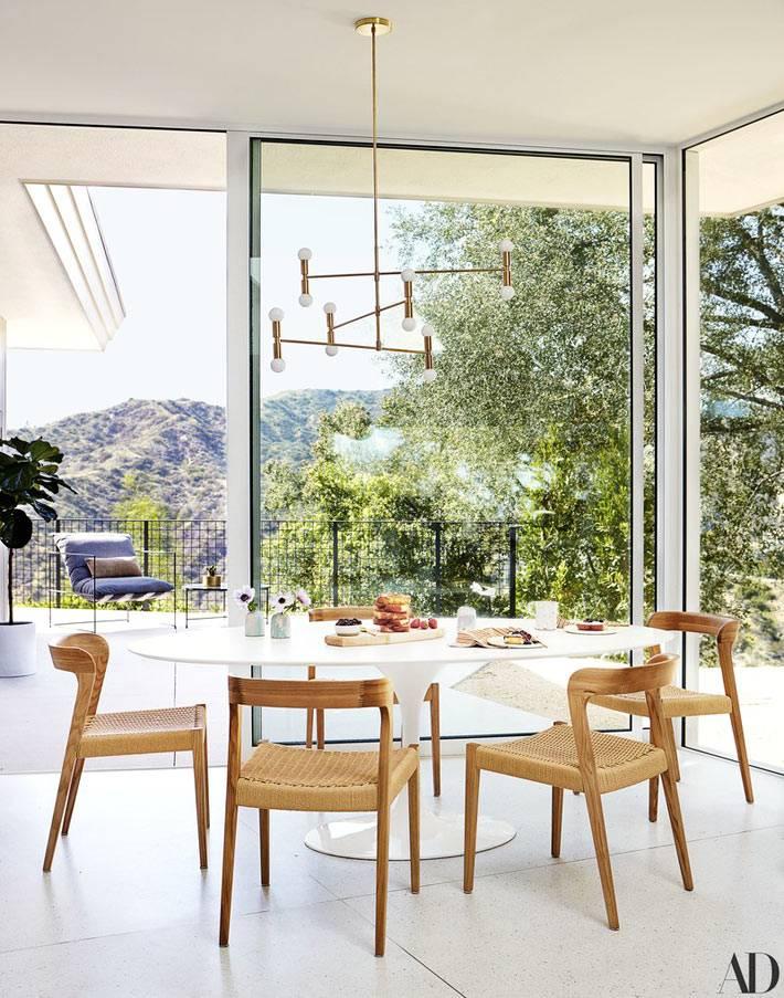 все окна в доме имеют панорамный вид на природу