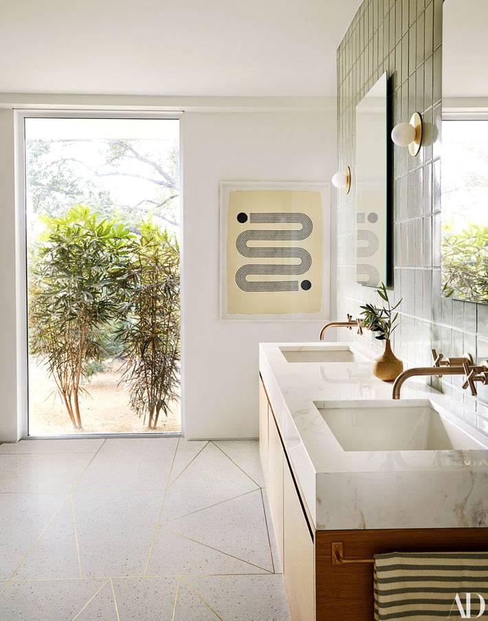 двойной умывальник из мрамора в просторной ванной комнате