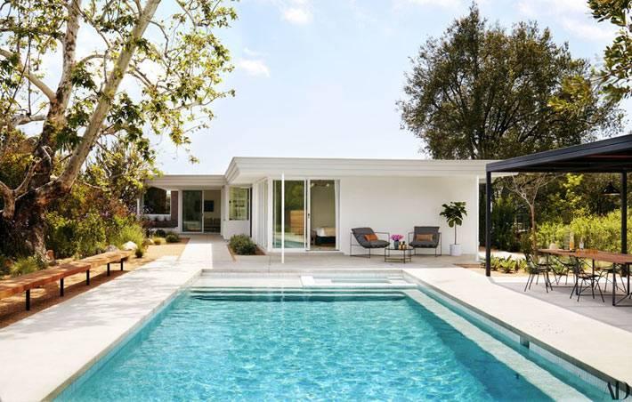 уютный задний двор с бассейном и крытой беседкой