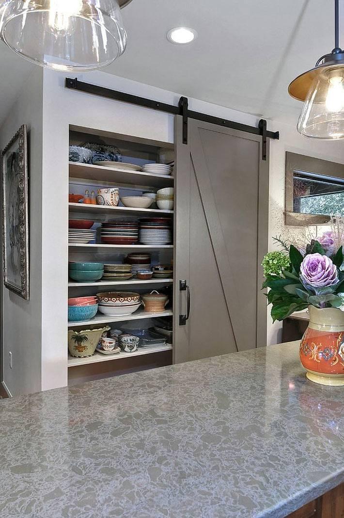 амбарные двери для посудного шкафа на кухне фото