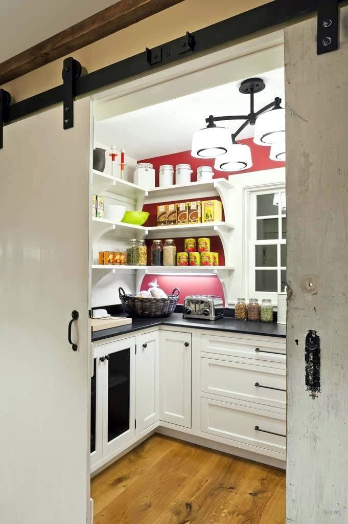 раздвижные межкомнатные массивные двери на кухне