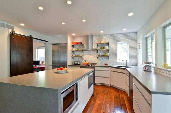 грубый материал для раздвижной двери на современной кухне