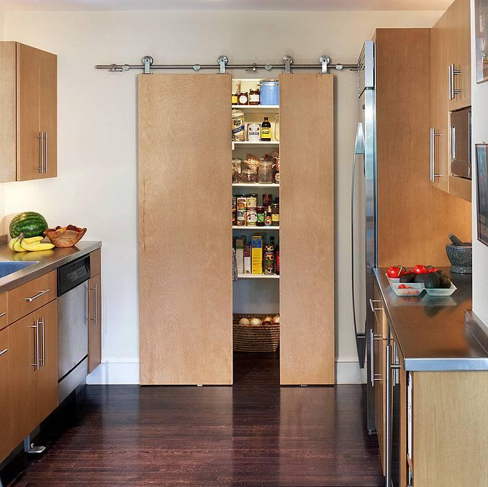 небольшая кладовка на кухне с раздвижной дверью