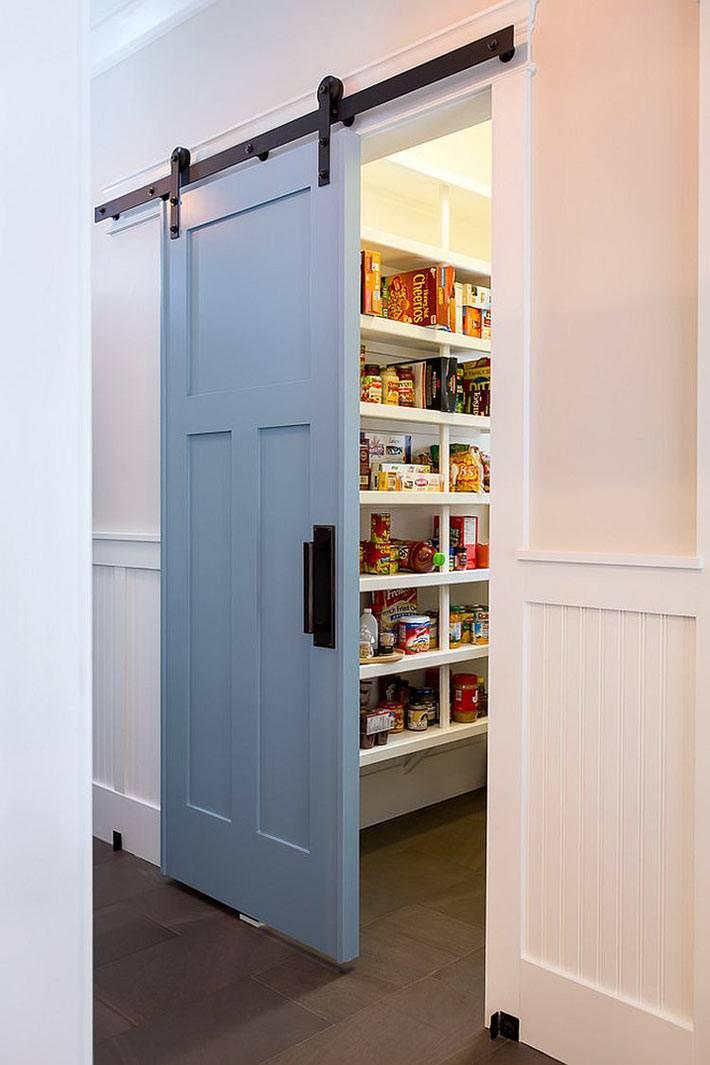 амбарная дверь голубого цвета для кухонной кладовки