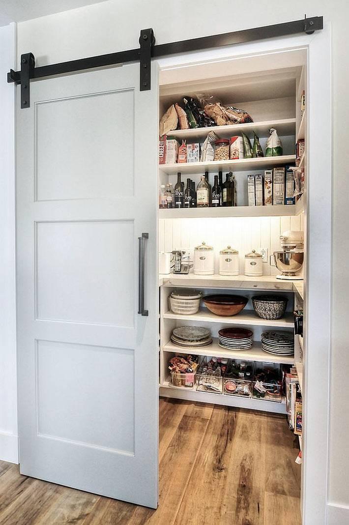ниша с продуктами на кухне прикрыта раздвижной дверью