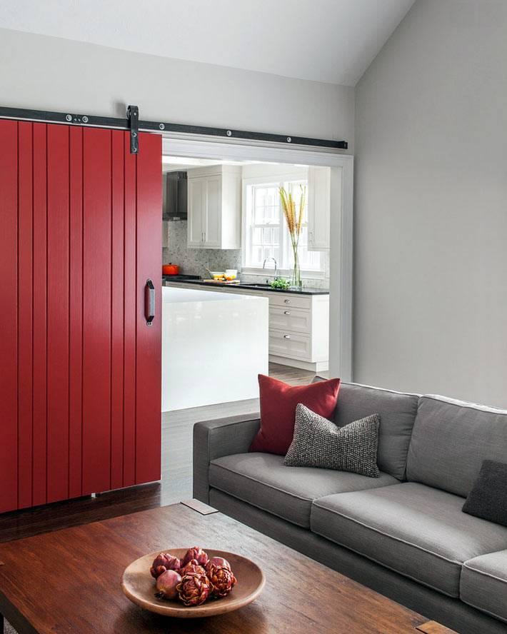 серый интерьер с красной раздвижной дверью фото