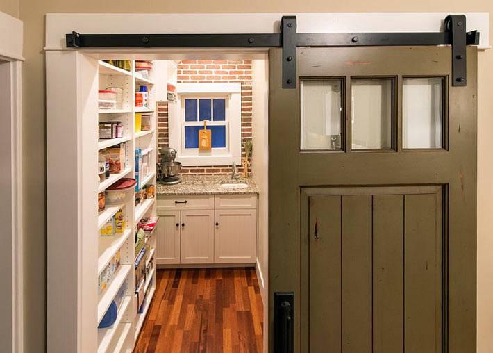 раздвижная конструкция амбарной двери на кухне