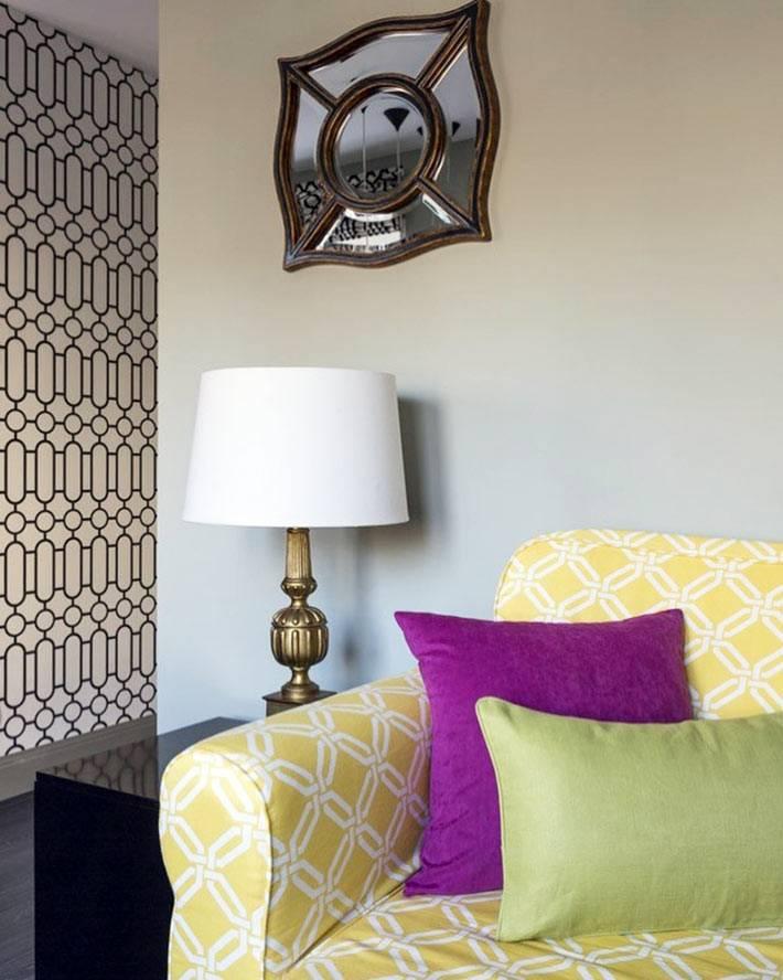 желтый диван оживляет пространство комнаты с серыми стенами
