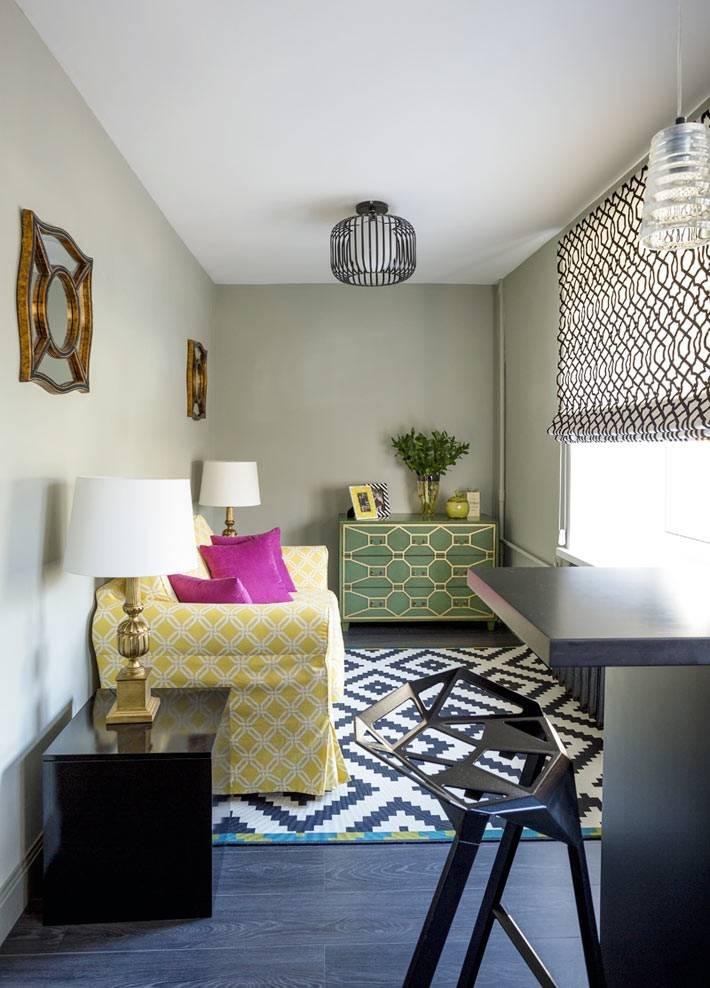 крохотная гостиная комната с желтым диваном и зеленым комодом