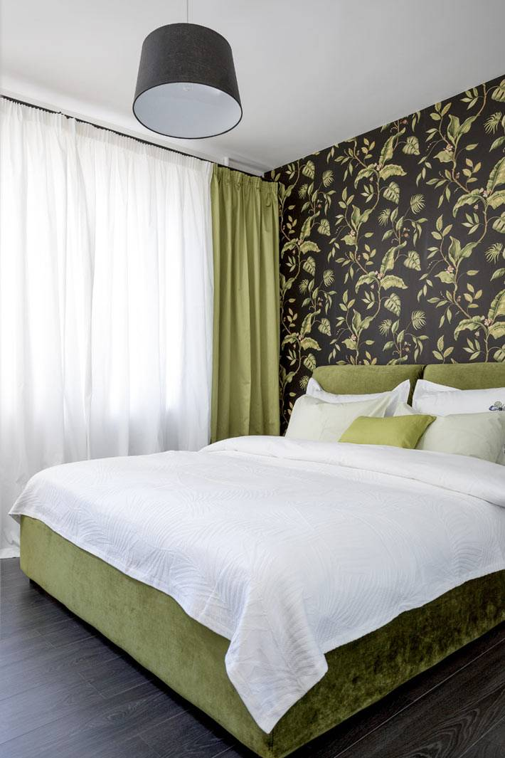 красивые черные обои с зеленым рисунком в интерьере спальни