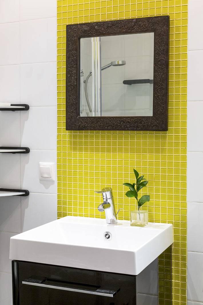 выделенный фрагмент из желтой блитки в белой ванной комнате