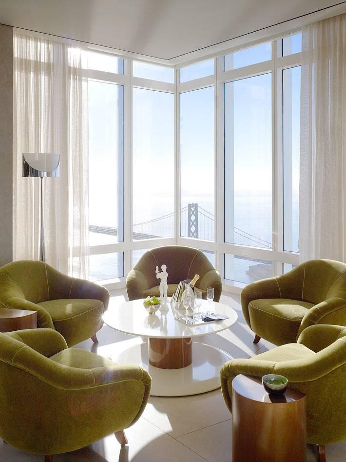 уютный уголок с зелеными креслами для чаепития и переговоров