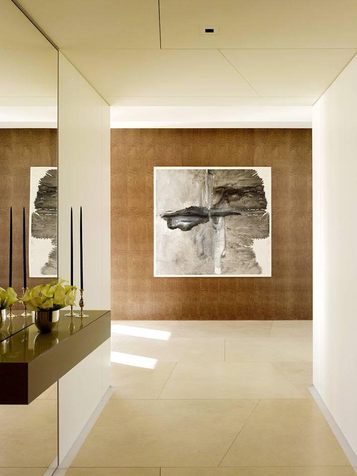 минимализм в дизайне прихожей - тумба с зеркалом и картина на стене