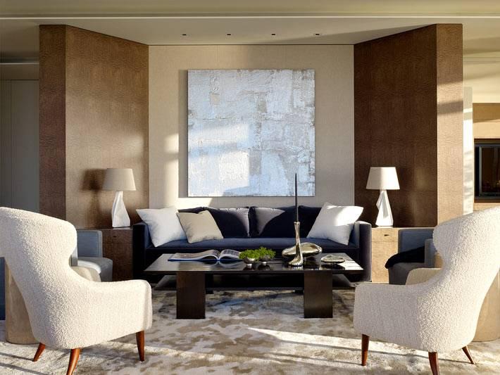 диванная зона в гостиной отделена двумя стенками