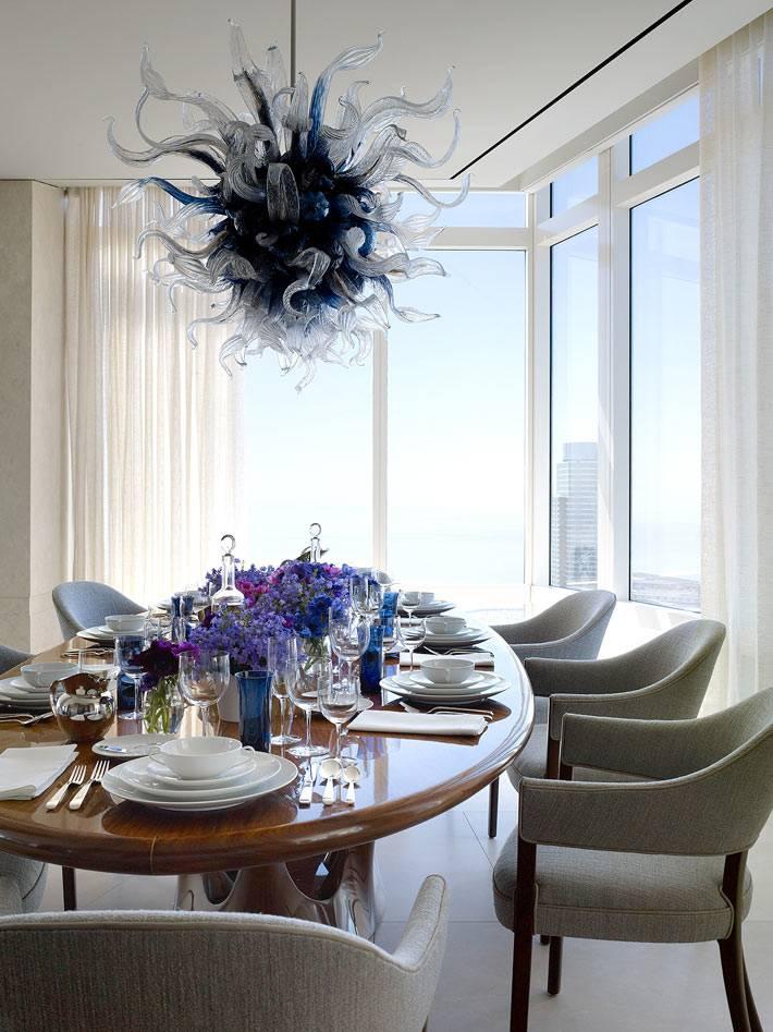 люстра в форме медузы над обеденным столом фото
