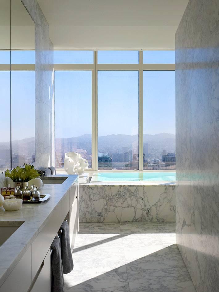 ванная комната отделана мрамором имеет прекрасный вид из окна