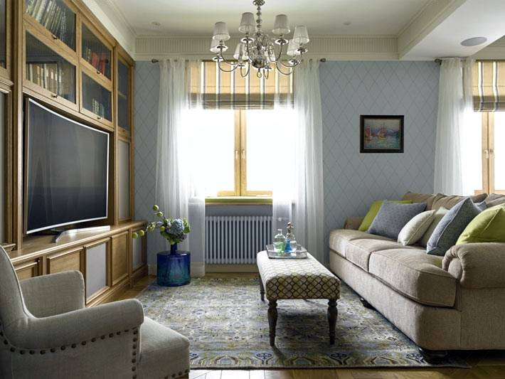 открытая площажь гостиной с телевизором и кухни