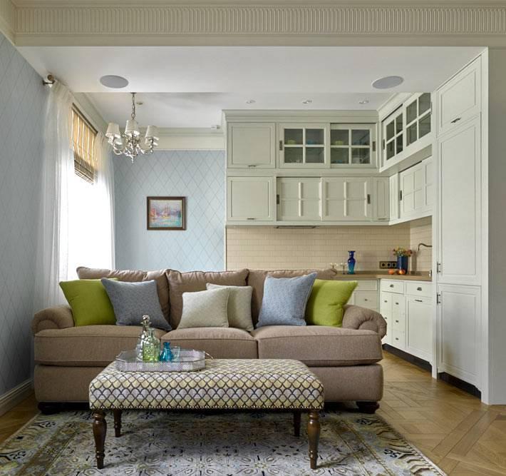 классическая кухня объединенная с гостиной комнатой