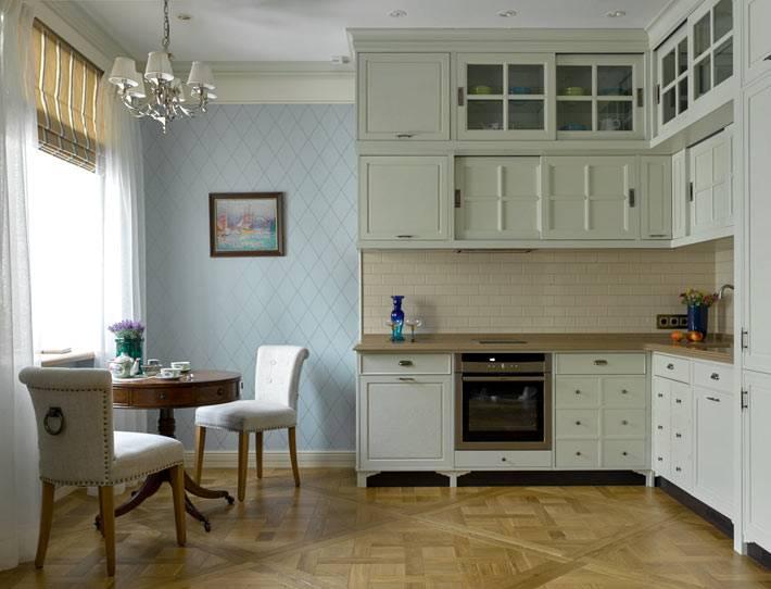 кухня просторная с круглым обеденным столом