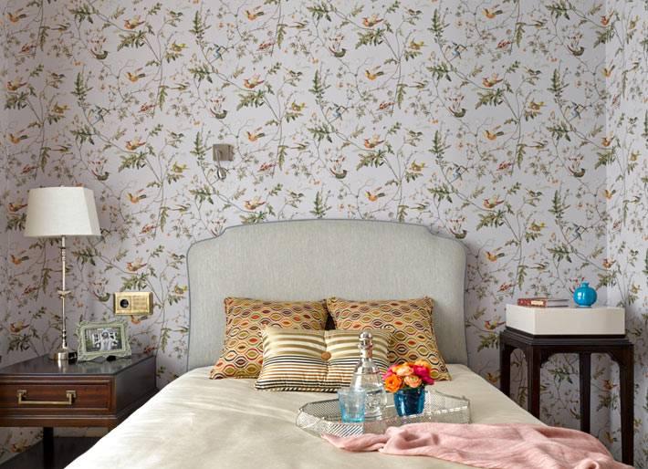 романтические обои с птичками на стене в спальне фото