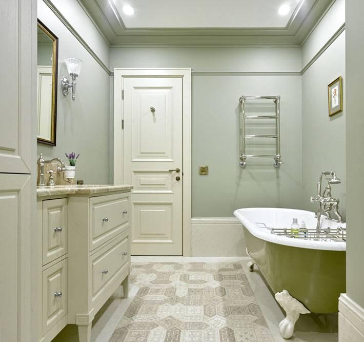 зеленая ванна на ножках в женской ванной комнате