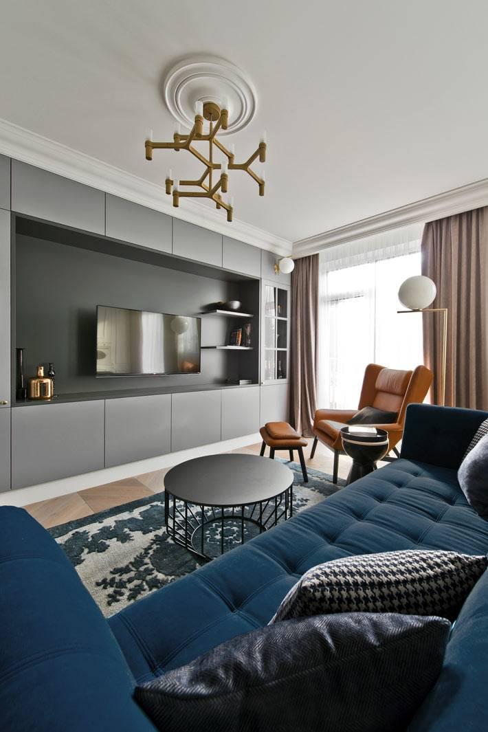 серый встроенный шкаф на всю стену в интерьере гостиной комнаты