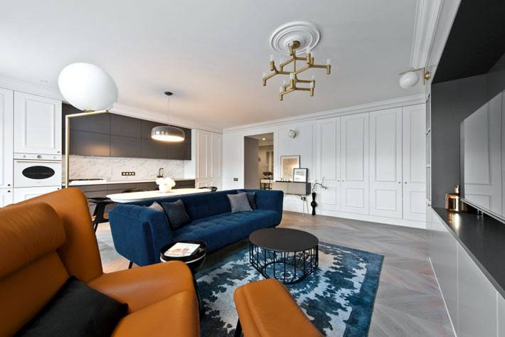 большое открытое пространство гостиной, кухни и столовой зоны