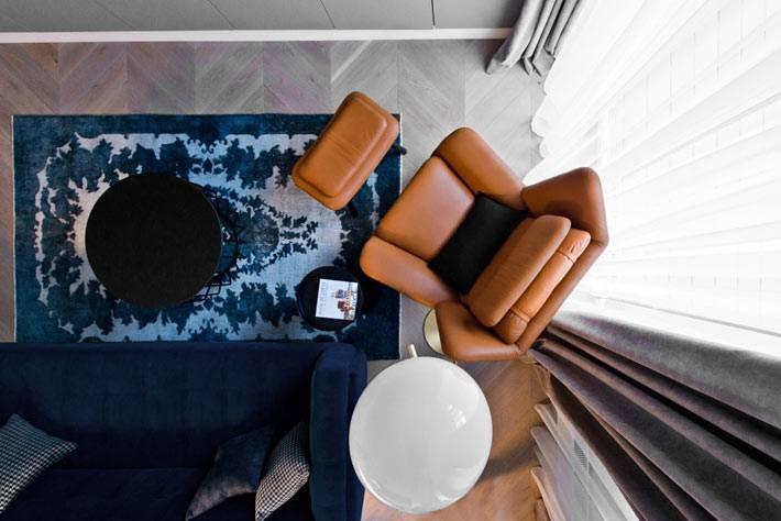 удобное кожаное рыжее кресло с подножкой
