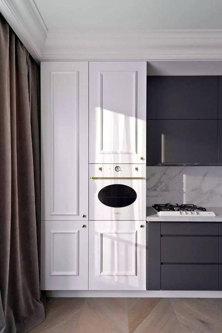 кухонный гарнитур выполнен в двух цветах - сером и белом