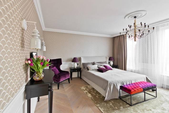 уютная спальня длдя взрослых с фиолетовыми деталями