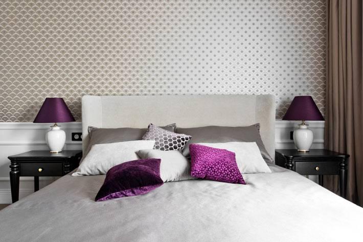 фиолетовые абажуры настольных ламп на прикроватных столиках