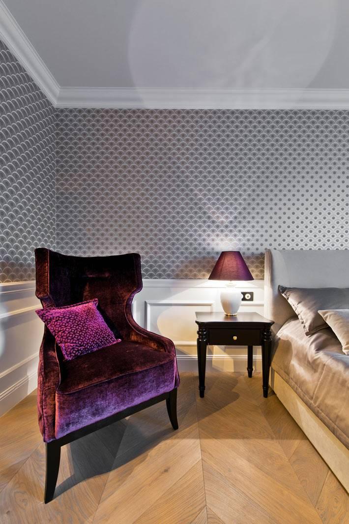 фиолетовое кресло с бархатной оббивкой в спальне фото