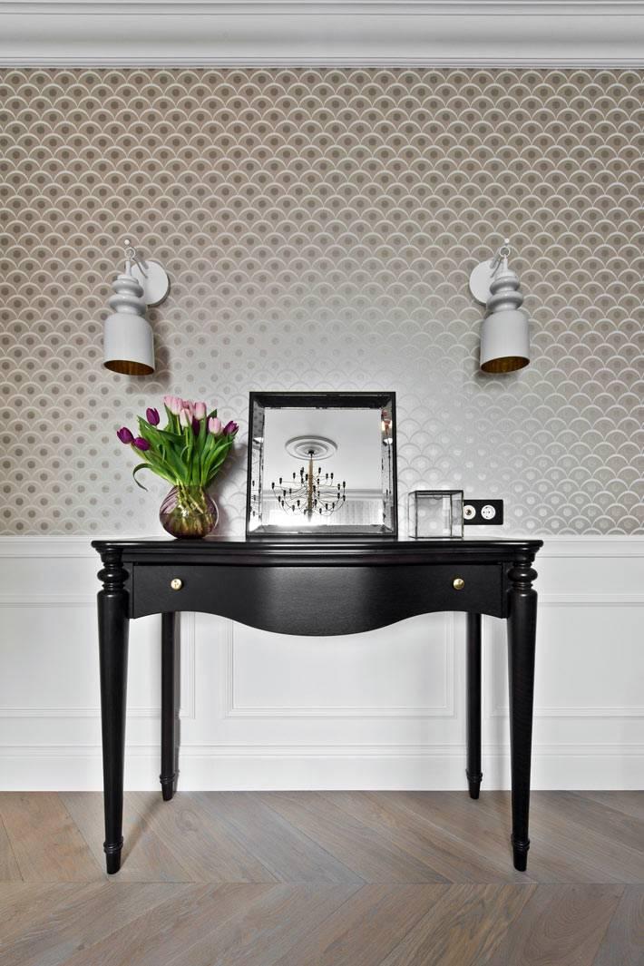 изящная консоль черного цвта украшает интерьер спальни