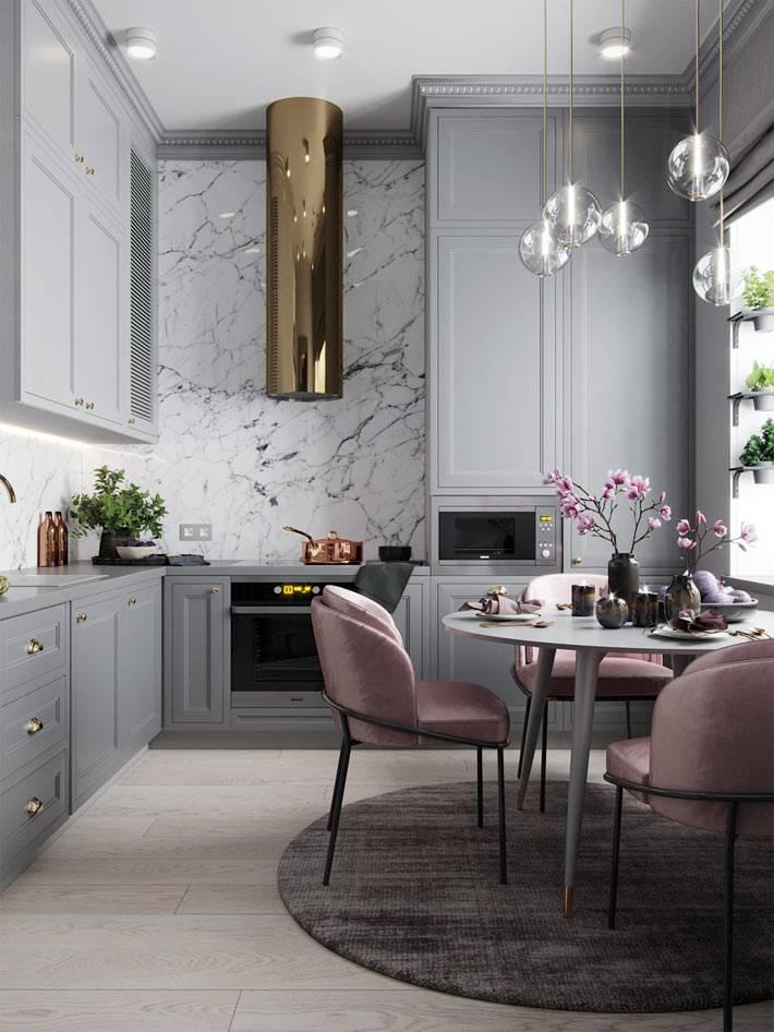 мраморный фартук на стильной кухне с серыми шкафчиками