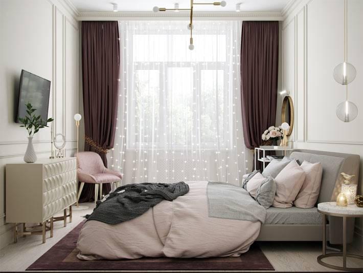 красивая нежная спальня в пастельных тонах и большим окном