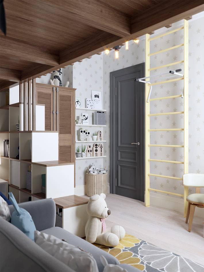 шведская стенка и книжные полки в маленькой детской фото