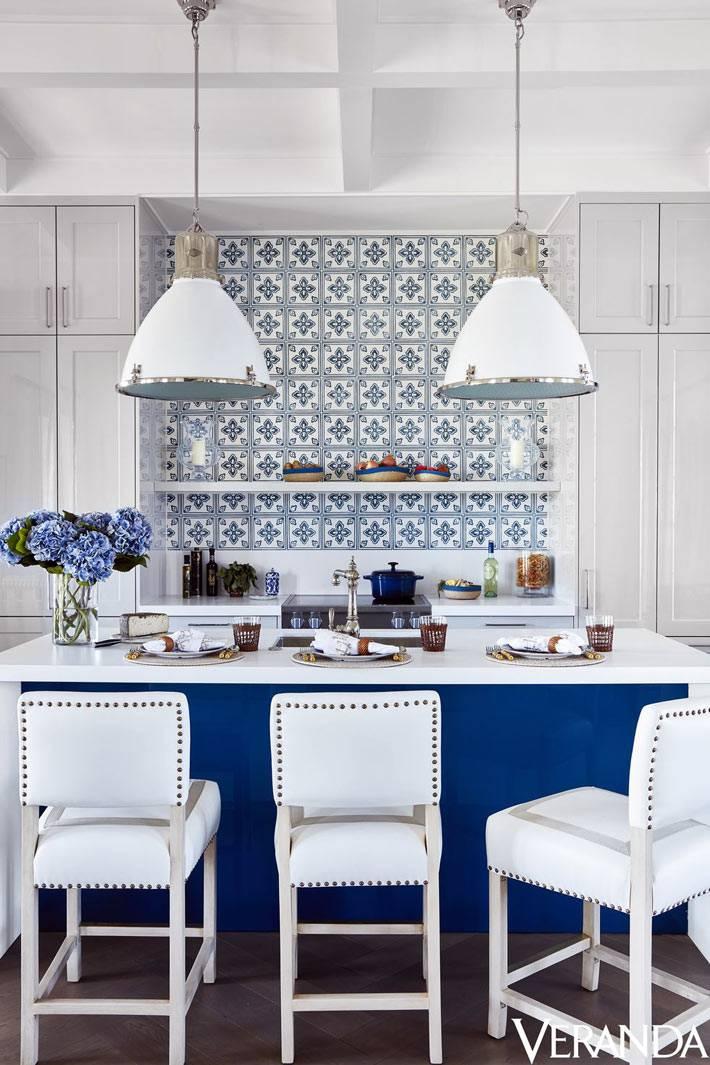 отельная кухня в сине-белом исполнении фото