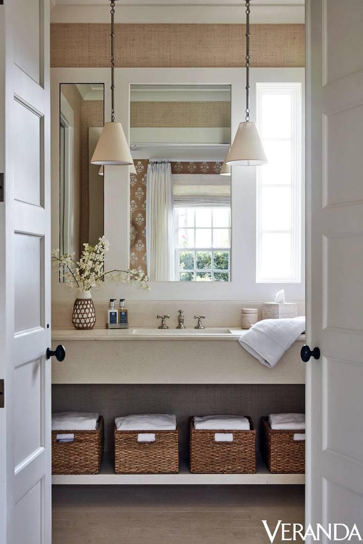 плетеные корзины на открытой полке под раковиной в ванной комнате