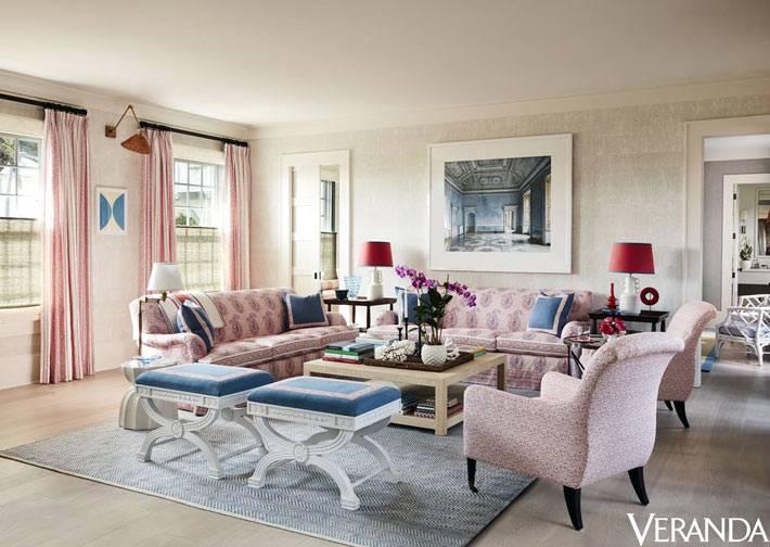 приятные пастельные тона в оформлении общей гостиной комнаты