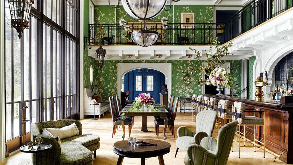 большая гостиная с обеденным столом и барной стойкой