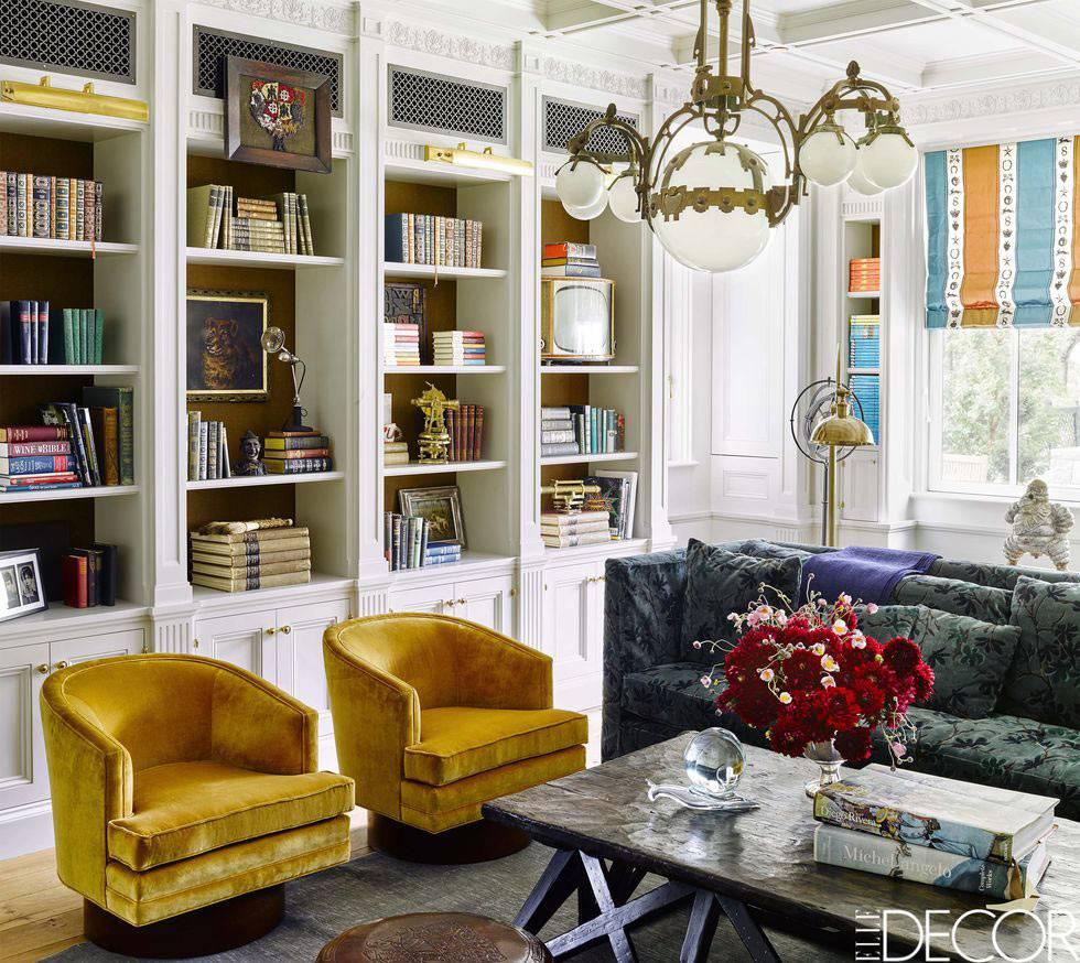 домашняя библиотека с белыми встроенными шкафами фото