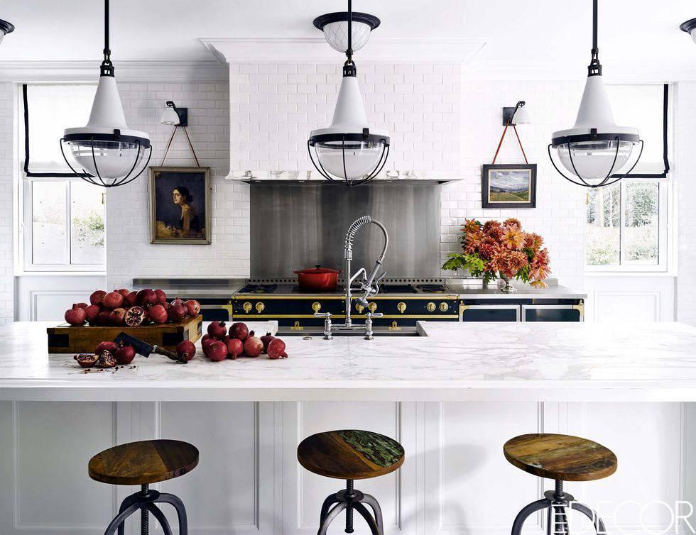 белая кухня с барной стойкой из мраморной столешницы фото